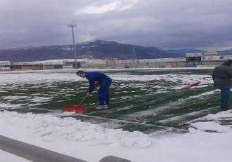 Marcelo portero del Sabiñanigo achicando nieve